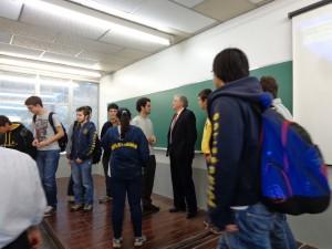 Ao final da palestra, alunos quiseram conversar e tirar fotos com Thomas Gillespie