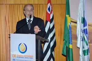 Ronaldo Salvagni faz a entrega do prêmio